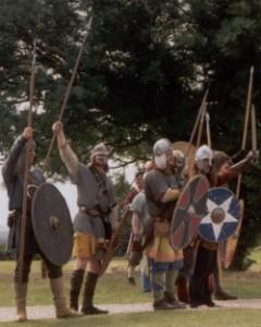 So sollen die Angelsachsen ausgesehen haben. Szene eines Historienspiels in Old Sarum/Salisbury, England im Sommer 2000. Nachgestellt wurde ein angelsächsischer Angriff auf eine romano-britische Siedlung.