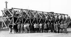Die stolze Mannschaft präsentiert sich: Das gut verpackte Nydamboot 1947 vor dem Transport von der Schlei zur Schlossinsel