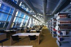 Lesesaal der neuen Universitätsbibliothek, die 2001 eröffnet wurde