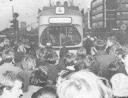 Anfang 1968 streiken die Studenten der CAU (erfolglos) gegen die Fahrpreiserhöhung der Kieler Verkehrsbetriebe. Die Polizei greift hart durch, setzt Wasserwerfer ein und nimmt mehrere Dutzend Studenten vorübergehend fest.