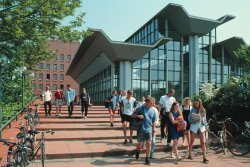 Studenten vor dem neuen Sportforum der Universität