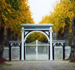 Der Eingang zum Friedhof