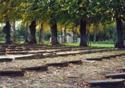 Grabsteine in Reih und Glied auf nackter Erde: der Gottesacker