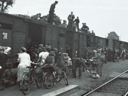 Bahnhof Elmshorn Oktober 1945: Noch drängen sich die Menschen vor Güterwagen