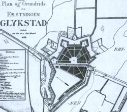 Neuzeichnung des Planes der Festungsstadt Glückstadt von 1628. Deutlich wird die ursprüngliche Idee, eine sechseckige Anlage mit inneren Radialstraßen zu bauen, die die Naturgegebenheiten abgeändert wurde. Die Festung hat drei Tore im Norden, Osten und Süden.