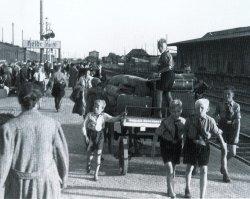 Noch während des Zweiten Weltkrieges setzte mit Evakuierten aus den zerbombten Großstädten der erste Zustrom von Menschen nach Schleswig-Holstein ein. Das Bild entstand am 26.7.1943 auf dem Bahnhof von Heide/Holstein.