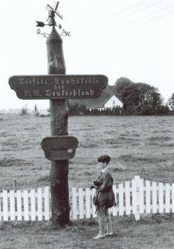Im Gegensatz zu Erhebungen sind Tiefpunkte schlecht auszumachen. Deshalb ist in Neuendorf im Kreis Steinburg die tiefste natürliche Landstelle Deutschlands gekennzeichnet