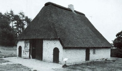Das Kolonistenhaus aus Klappholz gehört zum zweiten, verbesserten Typ. Es wurde 1764 gebaut und steht heute im Schleswig-Holsteinischen Freilichtmuseum in Molfsee bei Kiel