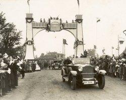 Großer Bahnhof in Westerland: Für Reichpräsident Paul von Hindenburg ist eine Ehrenpforte errichtet worden