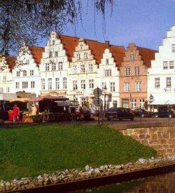 """Friedrichstadt: Blick auf den Markt einer """"holländischen"""" Stadt"""