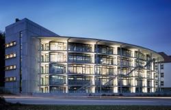 Die neue Bibliothek bei Nacht