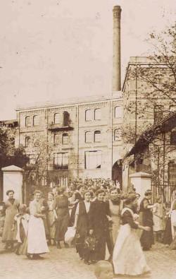 Arbeitsende in der Netzfabrik Engel in Itzehoe um die Jahrhundertwende. An den Webmaschinen waren vor allem Frauen beschäftigt