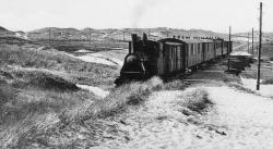 Die Dynamik des Bildes täuscht: Auch die Nordbahn fuhr 1920 eher gemächlich durch die Sylter Dünen