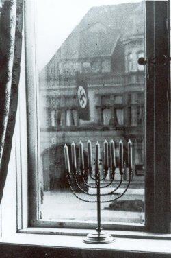 1932: Blick aus der Wohnung der Rabbinerfamilie Posner am Kieler Sophienblatt auf die Kieler NSDAP-Kreisleitung. Aufnahme Rosi Posner