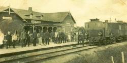 Postkarte vom Bahnhof Holligstedt-Dörpstedt um 1910. Mit der Kreisbahn war auch hier eine Bahnhofswirtschaft entstanden.