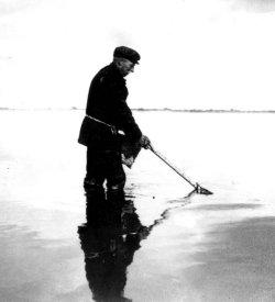 """1931: Die """"Gliep"""" der Familie Hansen trocknet nach dem """"Porrnstriek"""" im Watt auf der Warft Treuberg auf der Hallig Nordmarsch-Langeneß"""