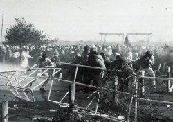 Juni 1969: Während der Landtag über einen neues Ordnungsrecht für die Hochschulen diskutierte, machte sich der Unmut der Studenten Luft. Stacheldraht und 1.000 Polizisten mussten den Landtag schützen