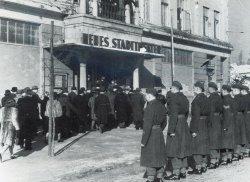"""26. Februar 1946: die Mitglieder der ersten ernannten Landtages kommen im """"Neuen Stadttheater"""" in Kiel zusammen"""