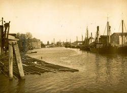 Blick auf die Dampfloggerflotte vor dem Gebäude der Heringsfischerei (der Admiralität)
