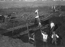 Torfstechen im Lindener Moor in den 1940er Jahren