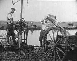 Einsatz einer Torffördermaschine im Rüsdorfer Moor bei Heide um 1945