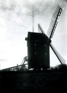 Die Süderholmer Bockmühle in Dithmarschen Anfang des 20. Jahrhunderts. Um 1909 wurde sie abgebrochen. Das Vorhaben, dort eine mit Dampfkraft betriebene Mühle einzurichten, wurde jedoch nie verwirklicht.