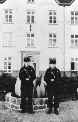 Jungmannen auf dem Schloßhof in Plön