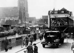 Schwertransport: Im Frühjahr 1947 wird das Nydamboot durch Schleswig auf die Schlossinsel bugsiert