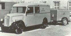 """Der """"Opel Blitz"""" hier mit Paketanhänger, wurde in den 1950er Jahren zum typischen Fahrzeug der """"Landkraftposten"""""""