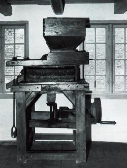 Eine typische Handmühle – eben eine Quern – steht im Geburtshaus von Klaus Groth in Heide