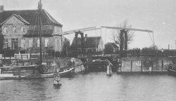 Der 1784 vollendete Schleswig-Holsteinische-Canal brachte Rendsburg nicht den erhofften wirtschaftlichen Aufschwung. Das Bild zeigt die Brücke über die Schleuse, die von der Eider in den Kanal führte. Links daneben ist das noch heute erhaltene Zollhaus zu sehen.