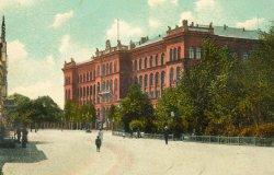 """Der """"Rote Elefant"""" wurde als Sitz der Provinzialregierung gebaut. Heute beherbergt er das Oberlandesgericht und das Landessozialgericht sowie den Generalstaatsanwalt."""