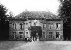 """Das 1751 vollendete Gartenschlößchen wurde seit 1896 als """"Prinzenhaus"""" Erziehungsstätte der Söhne des preußischen Königshauses. Das Bild zeigt den Zustand des Hauses ohne Anbauten"""
