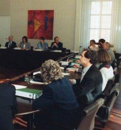 """Konstituierende Sitzung des 1. Parlamentarischen Untersuchungsausschuß der 13. Wahlperiode, dem sogenannten """"Schubladenausschuß"""", am 23.3.1993 im Schleswig-Holstein-Saal des Landeshauses in Kiel"""