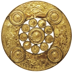 Edelmetall, wie das der goldene Scheibe, blieb im Thorsberger Moor im Gegensatz zu Eisen erhalten