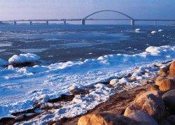 Die 1963 fertiggestellte Fehmarnsundbrücke ist Teil der Vogelfluglinie