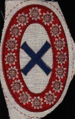 """Die Ostarbeiter erhielten ab Mai 1944 neue Abzeichen, die auf die Kleidung genäht werden mußten. Ein Sonnenblumenkranz auf rotem Grund und in der Mitte das blaue Andreaskreuz galt für die russischen Arbeitskräfte, um die Nationalitäten stärker zu betonen und zu trennen. Bis dahin gab es einen Aufnäher mit der Aufschrift """"Ost"""""""