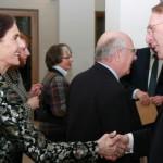 Der GSHG-Vorsitzende Jörg-Dietrich Kamischke begrüßt die Vorsitzende des Schleswig-Holsteinischen Heimatbundes Jutta Kürtz