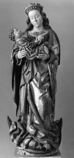 """Die """"Madonna auf der Mondsichel"""" von Riga ist auch deshalb ein ungewöhnliches Stück, weil sie als eine der wenigen Heiligenskulpturen des Spätmittelalters nicht ausgehöhlt ist. Ihrer Art nach kann sie von einem Meister aus Norddeutschland oder aber auch aus Lettland selber stammen."""