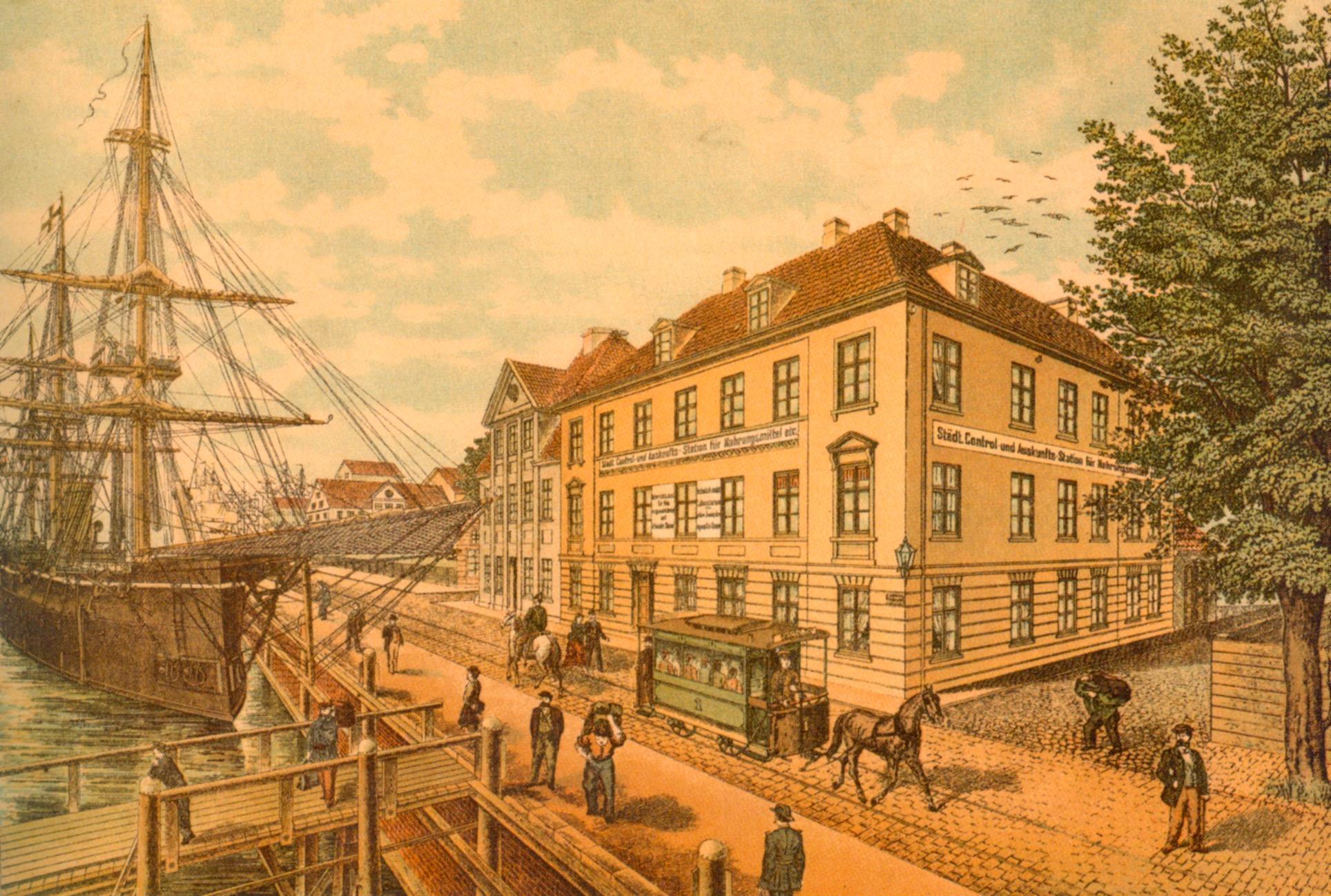 """Die Kieler Damenstraße: Noch sind Segelschiffe und Pferdebahn im Einsatz doch im Eckhaus ist die """"Städt. Central- & Auskunftsstation für Nahrungsmittel etc."""" untergebracht"""
