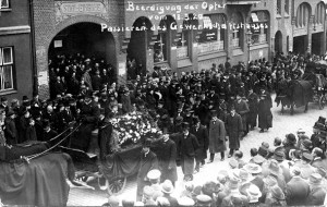 Trauerumzug für Opfer des Kapp-Putschs in Kiel vor dem Gewerkschaftshaus in der Legienstraße 1920