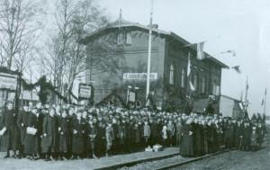 """""""Deutschland über alles"""" auf dem Bahnhof im nordfriesischen Langenhorn werden Abstimmungsberechtigte zur Wahl erwartet"""