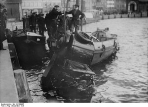 Autounfall 1929 in Kiel: ein Wagen wird aus dem Hafen geborgen