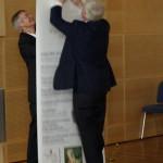 Die Vorstandmitglieder Dr. Ingwer Momsen und Werner Junge kämpfen mit neuen Werbemitteln der Gesellschaft